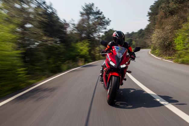 moto roja frenada